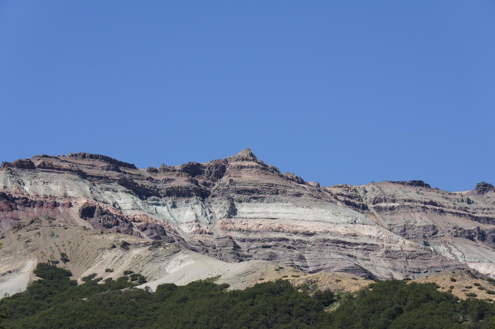 Es ging immer wieder durch Täler und eine imposante Bergkette.