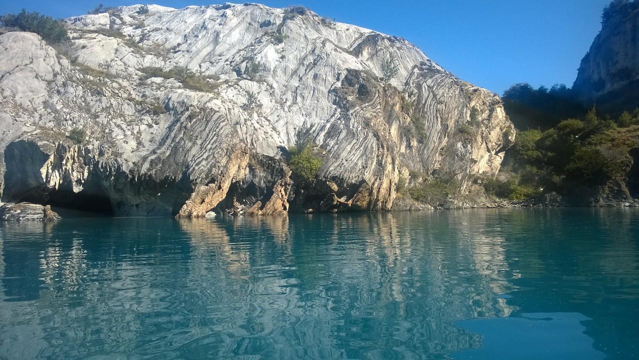 Die Höhlen kurz über der Wasseroberfläche können mit dem Boot befahren werden.